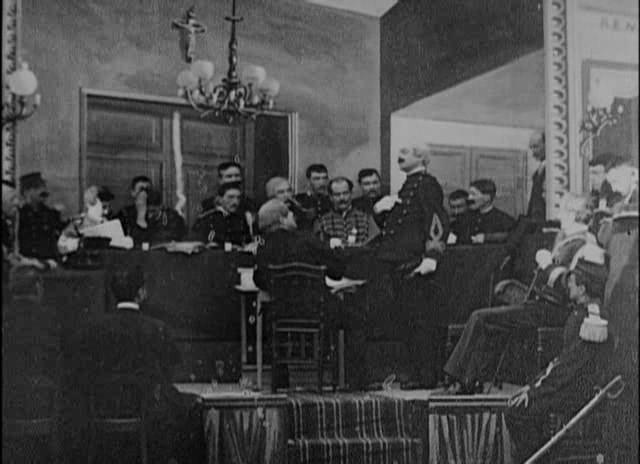 Méliès,_L'affaire_Dreyfus,_Le_Conseil_de_Guerre_en_seance_à_Rennes_(Star_Film_214-215,_1899).jpg